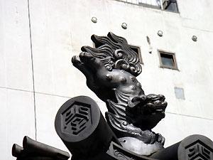 六角堂の屋根瓦で舌をだす生意気な獅子