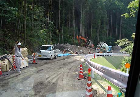 fc2_8_10_4(横峰寺登り口へ向かう道路)