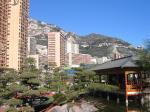 グリマルディ・フォーラム隣にある日本庭園から山を望む