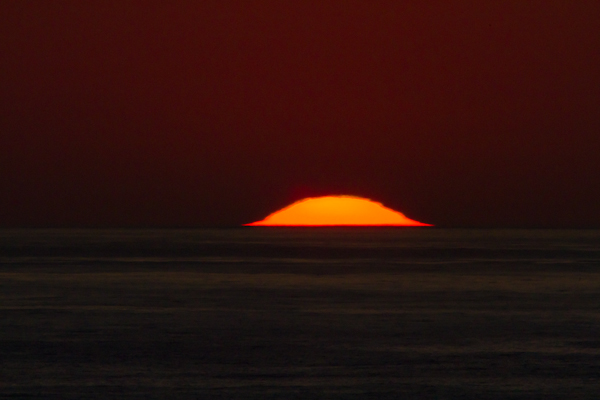 変形する夕日の時期が到来です