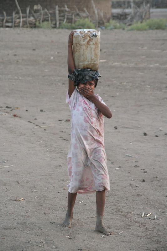 井戸水を運ぶ女の子