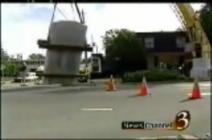 巨大(?)クレーン車が巨大な岩で転倒