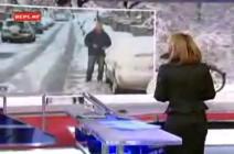 大勢の子供がレポーターに雪で襲い掛かる