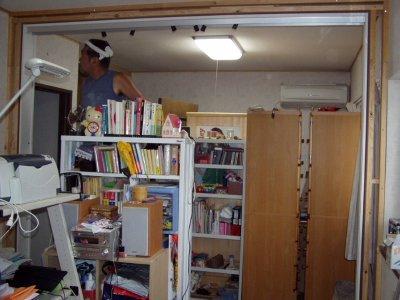 収納家具でいっぱいの部屋