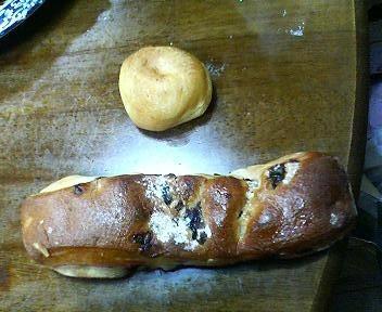 サンマルクカフェのレーズンパンとチーズパン