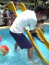 プールですべり台