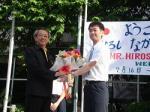 タイ中山君朝礼で校長先生から花束贈呈