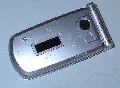 使い古されたカメラ付き携帯電話