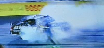 ナスカー:白煙を上げながら激しくスピンするマシーン