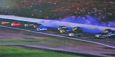 ナスカー:スピンし何台も事故に巻き込むマシーン
