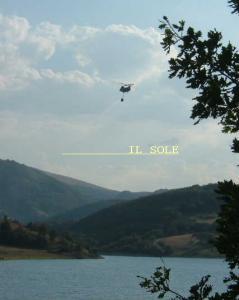 汲水するヘリコプター