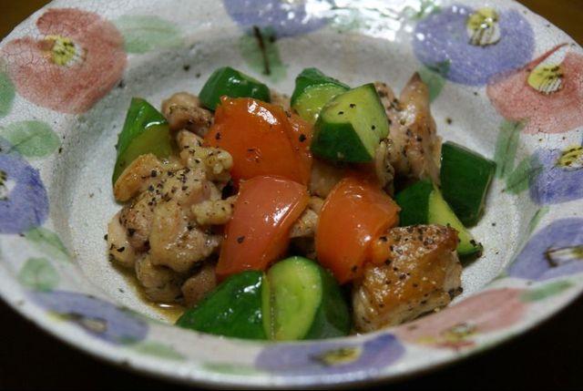 鶏ももとトマトときゅうり塩コショウ炒め