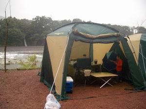 雨のテント