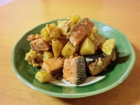 鮭とじゃがいものゴマ葱炒め