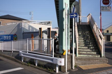 バス待ちで並ぶ道路