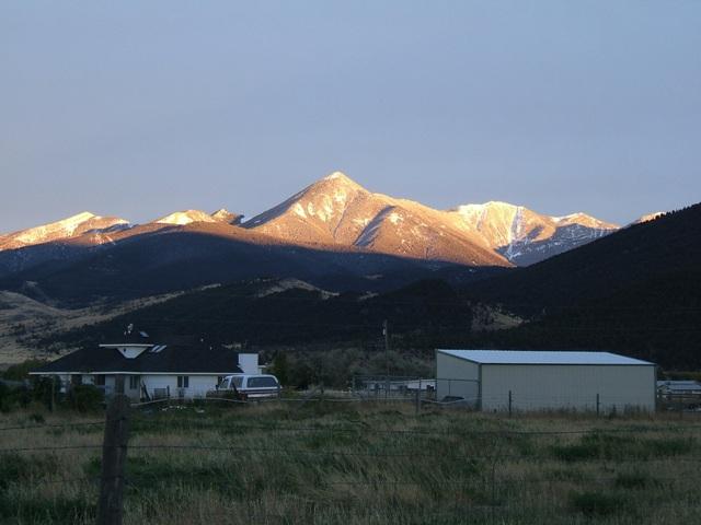"""町から見た""""Livingston Peak""""約2800m"""