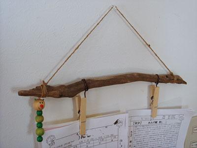拾った木の紙バサミ