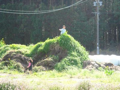 堆肥舎前で遊ぶ子供たち♪