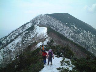 稜線上にまだ雪がたくさん残っていました。