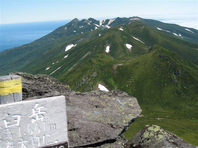 羅臼岳から知床連山を望む。