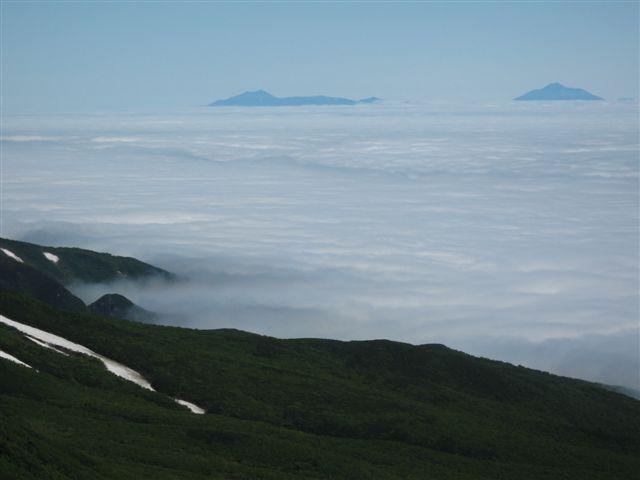 雲海に浮かぶ国後島の山