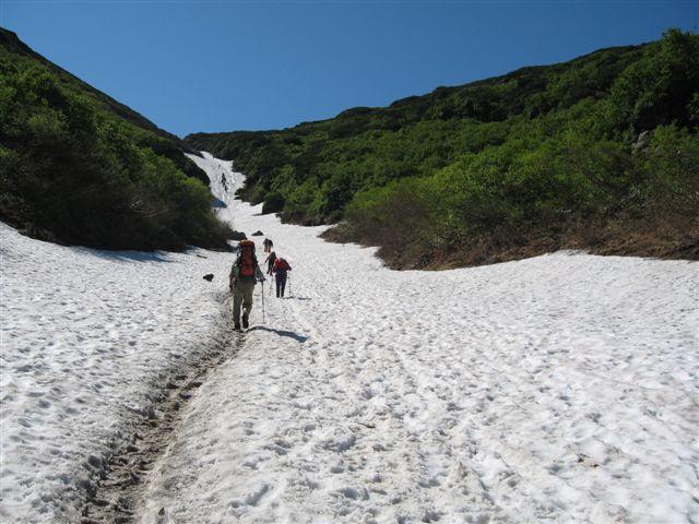 雪渓を行く!