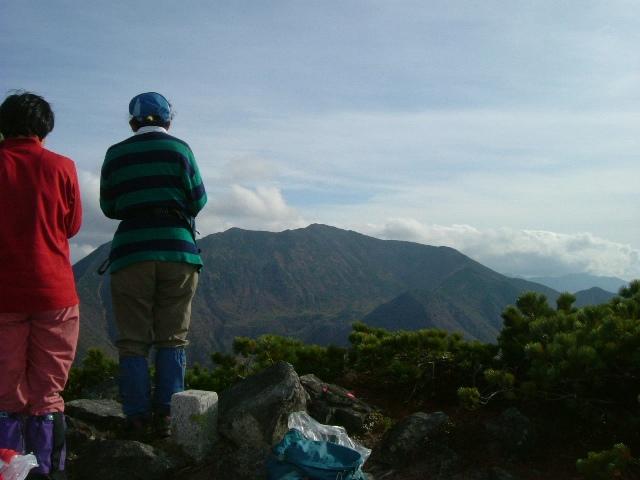 山頂から幌尻岳を望む