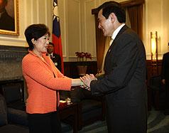507 馬英九總統(右)6日在總統府接見日本#30526;議員小池百合子(Koike Yuriko)(左),並表達對日本311大地震的關心。