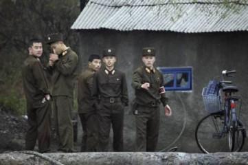 中朝国境地帯の北朝鮮の兵士.jpg