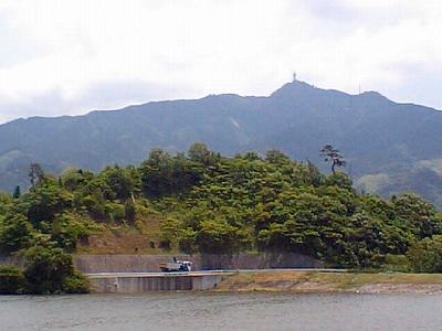 俵原池と高縄山