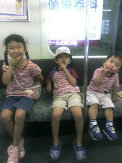 20070807110403 サンリオピューロランド行き電車内三人