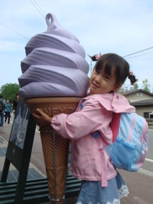 2007.7.6  ファーム富田 ラベンダーソフトクリームに張り付く人