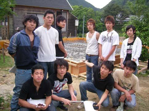 鉄筋工事の学生たち