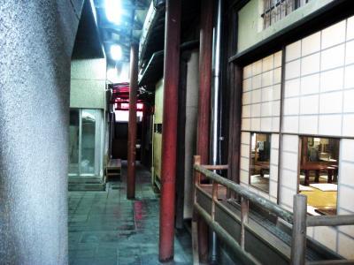 工場の隣に昔の日本の家がw
