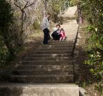 階段の途中で 一休み ふーぅ