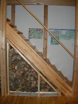 階段下薪棚に薪格納
