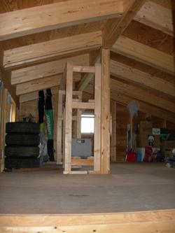 車庫の2階の薪棚