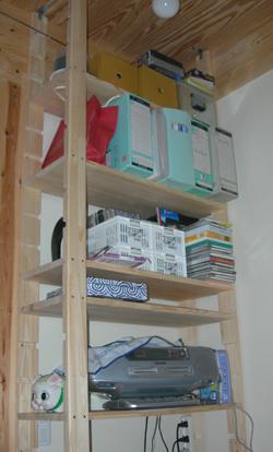パソコンデスクの横の棚