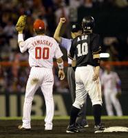 7回、打者・脇谷の時に、山崎(左)が隠し球で二塁走者・阿部をアウトに=広島市民球場
