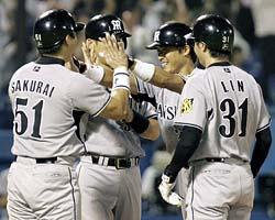 4回、満塁本塁打を放ちナイン(桜井、矢野、林威助)に迎えられ笑顔の桧山=神宮球場