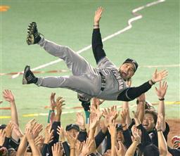 2年連続リーグ優勝を果たしナインに胴上げされる日本ハム・ヒルマン監督=千葉マリンスタジアム