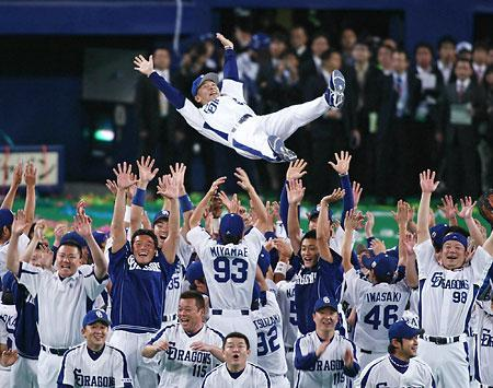 日本ハムを破り、中日が53年ぶりの日本一を決め、グラウンドで選手らに胴上げされる落合監督