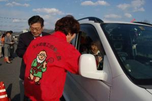平成24年度春の交通安全キャンペーン作州津山商工会久米支部女性部折鶴配布