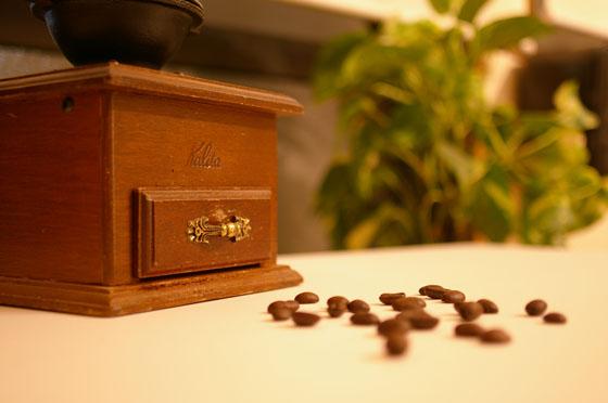 古いミルとコーヒー豆