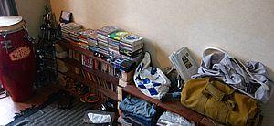 部屋の様子 CDや楽器が並ぶ