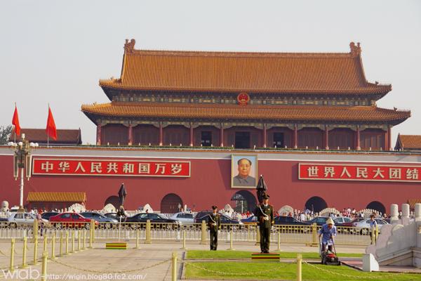 広場はのんびり凧揚げや太極拳を楽しむ家族連れの市民や国際色豊かな観光客で賑わっています。