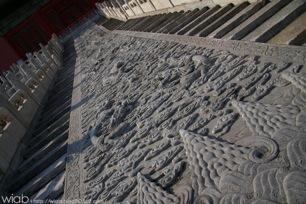 皇帝だけが通る事を許された龍の大理石のレリーフです。 紫禁城最大の石造物で、北京郊外の房山 ( 50キロメートル ) から運ばれたもの。 当時は冬の道に打水をし、凍りついた道を2万人で約1ヶ月かけて運んだ。