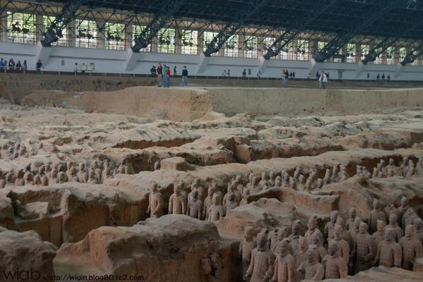 中まで入れるのは考古学者の卵さんたち。
