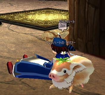 クローバー豚を背もたれに
