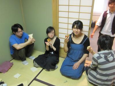 先生にいただいたおいしいおいしいおいしいアンパンで幸せにひたり中。
